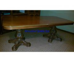 mobile salotto con tavolo e sedie