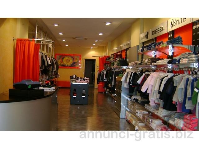 Arredamento completo per negozio abbigliamento roma for Arredamento gratis milano